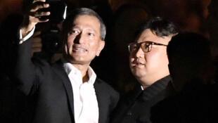 Kim Jung-un faisant un selfie avec le ministre des Affaires étrangères singapourien.