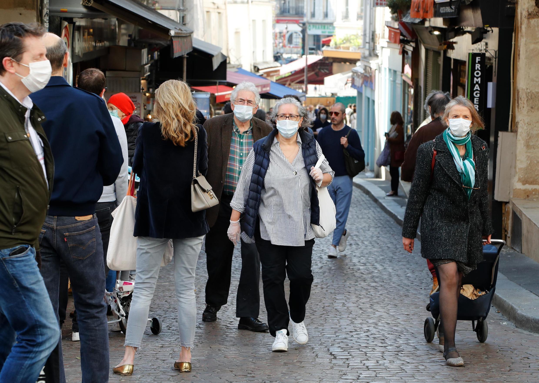 La calle Mouffetard de París es una de las zonas donde el uso de mascarillas es ahora obligatorio.