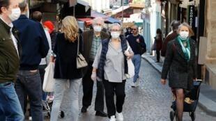 La rue Mouffetard à Paris fait partie des zones où le port du masque est obligatoire à partir du lundi 10 août 2020.