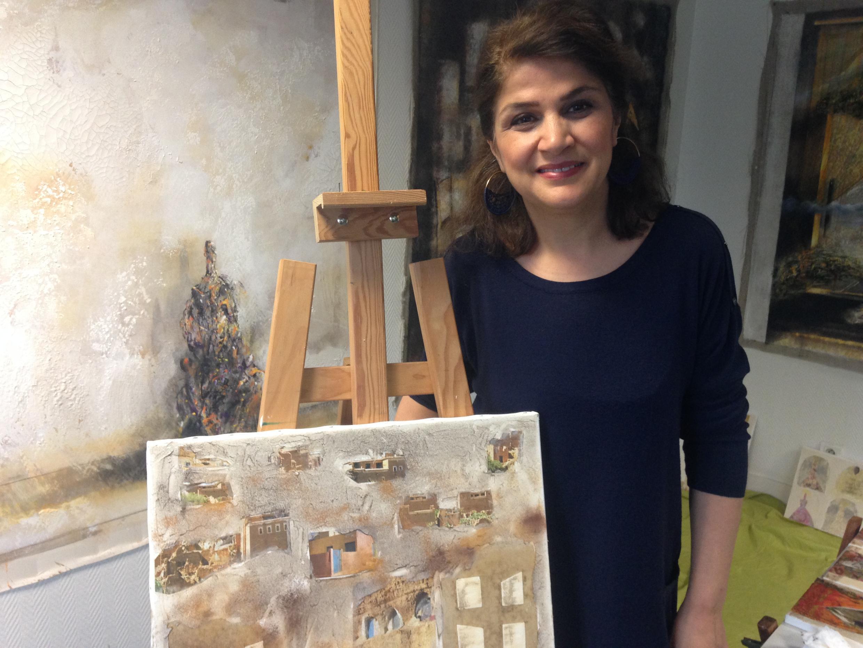 Conhecida na Síria, a artista Oroubah Dieb trabalhou durante 25 anos com esculturas. Com o advento da guerra e a falta de materiais, ela passou a trabalhar com pintura e colagens.