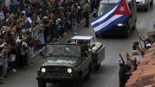 La caravana pasa por Ciego de Ávila, este 1 de diciembre de 2016 en Cuba.