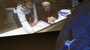 Reacción de Paolo Ferri (R), director de la mission Rosetta, mirando un video detrás de un modelo del robot Philae, después del aterrizaje exitoso.