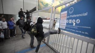 Passageiros tentam entrar em estação fechada de metrô de São Paulo.