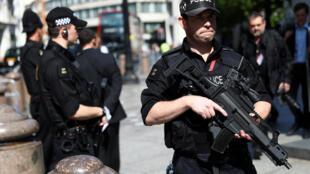 Cảnh sát Anh đi tuần tra gần nhà thờ Saint-Paul, Luân Đôn, ngày 24/05/2017