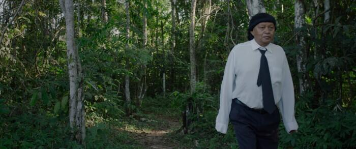 Perpera, o antigo pajé da tribo, perdeu sua função com a chegada dos brancos.