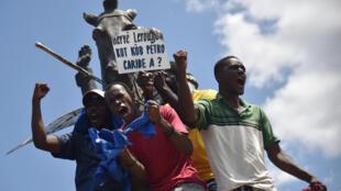 Des manifestants demandent aux responsables politiques de rendre des comptes pour avoir prétendument gaspillé des milliards de dollars provenant du programme pétrolier vénézuelien Petrocaribe, le 23 septembre 2018 à Port-au-Prince.