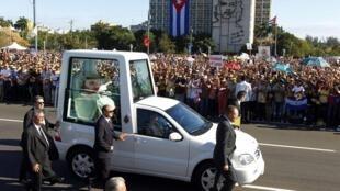 Le pape Benoît XVI à son arrivée place de la Révolution, à La Havane, le 28 mars 2012.