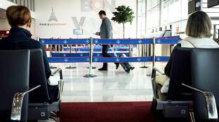 Des voyageurs attendent leur vol à l'aéroport de Paris-Orly, le 9 octobre 2018.