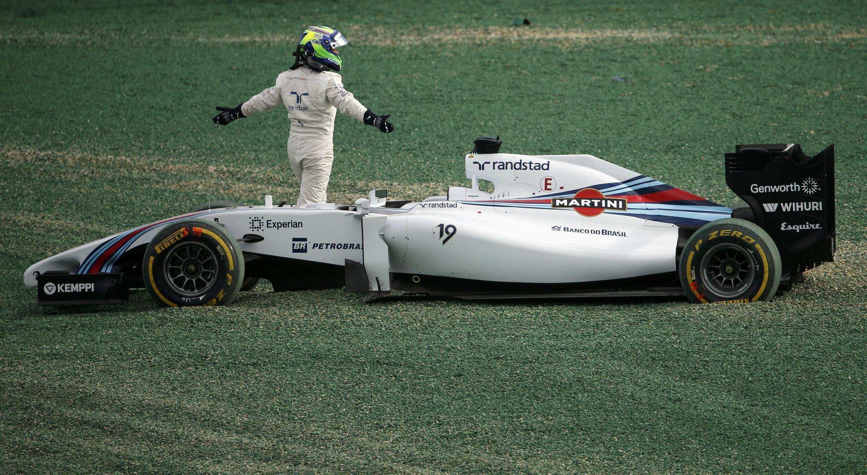 Massa abandona sua Williams depois de sofrer uma colisão traseira do Caterham do japonês Kobayachi.