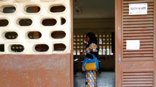Opération de vote à Abidjan, lors des élections législatives, en Côte d'Ivoire, le 18 décembre 2016.