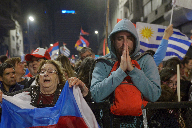 Segundo turno disputado voto a voto, o anúncio de quem será o novo presidente do Uruguai não foi feito neste domingo devido à margem apertada de votos entre os dois candidatos.