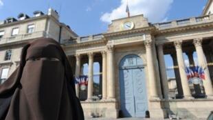Hind Ahmas devant l'Assemblée nationale pour protester contre la loi interdisant le port du voile intégral, le 20 avril 2011