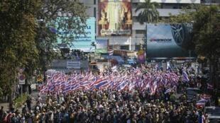 泰國反政府示威者在政府建築前抗議,2014年1月15日。