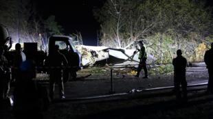 Les sauveteurs inspectent l'épave de l'avion militaire ukrainien Antonov An-26 après s'être écrasé à l'extérieur de la ville de Chuhuiv, Ukraine, le 25 septembre 2020.