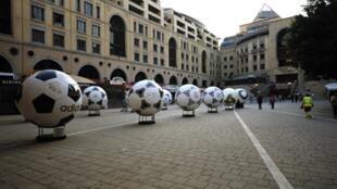 La place Nelson Mandela à Johannesbourg, décorée de ballons de foot géants à l'occasion du Mondial.