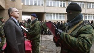 Sergui Axionov (à esquerda), primeiro-ministro da Crimeia, se autoproclamou chefe das Forças Armadas da península a milicianos pró-russos.