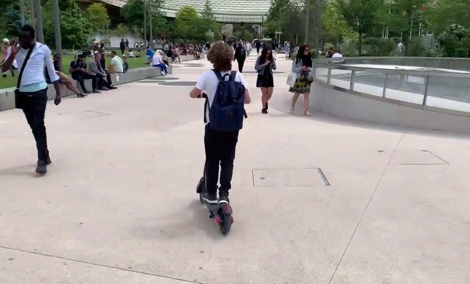 Paris vai multar pessoas que andam de patinete elétrico nas calçadas