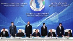"""امضاء """"کنوانسیون رژیم حقوقی دریای استراتژیک خزر""""، توسط سران ۵ کشور ایران، روسیه، قزاقستان، آذربایجان و ترکمنستان، در شهر بندری """"آکتائو"""" در قزاقستان. یکشنبه ۲۱ مرداد/ ۱٢ اوت ٢٠۱٨"""