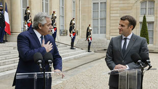 El presidente francés Emmanuel Macron (dcha) junto al presidente argentino Alberto Fernández, en el palacio del Elíseo en París, Francia, el 12 de mayo de 2021