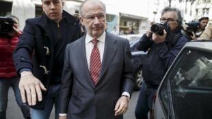 O ex-chefão do FMI, Rodrigo Rato, caminha em direção ao seu escritório, em Madri, nesta sexta-feira (17).