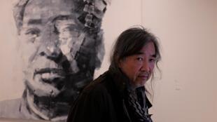 L'artiste Yan Pei-Ming dans son exposition « Au nom du père », au musée Unterlinden, Colmar. © Siegfried Forster / RFI