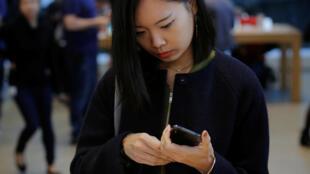 本周五紐約蘋果店中購買iPhoneX手機的顧客資料圖片