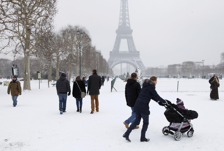 Белый дым в Ватикане и белый снег во Франции — две главные темы разговоров.