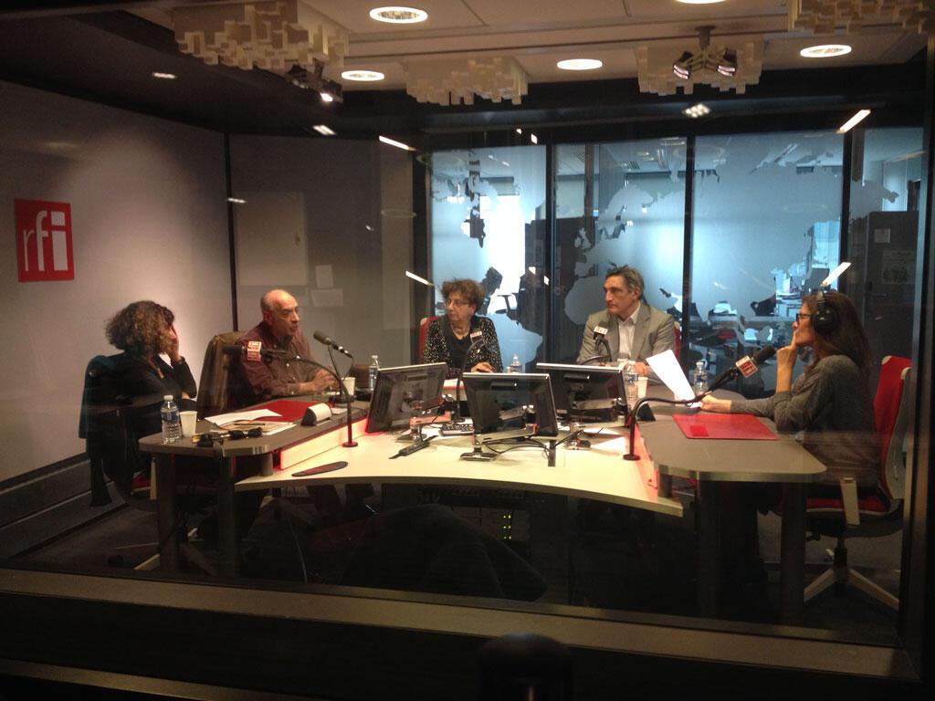 De g. à dr. en studio : Annette Becker, Raymond Kévorkian, Claire Mouradian, Ahmet Insel et Valérie Nivelon.