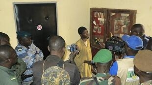 Adama Drabo, a 16-year old Islamist captured by the Malian Army in Douentza, talks to journalists in Sévaré