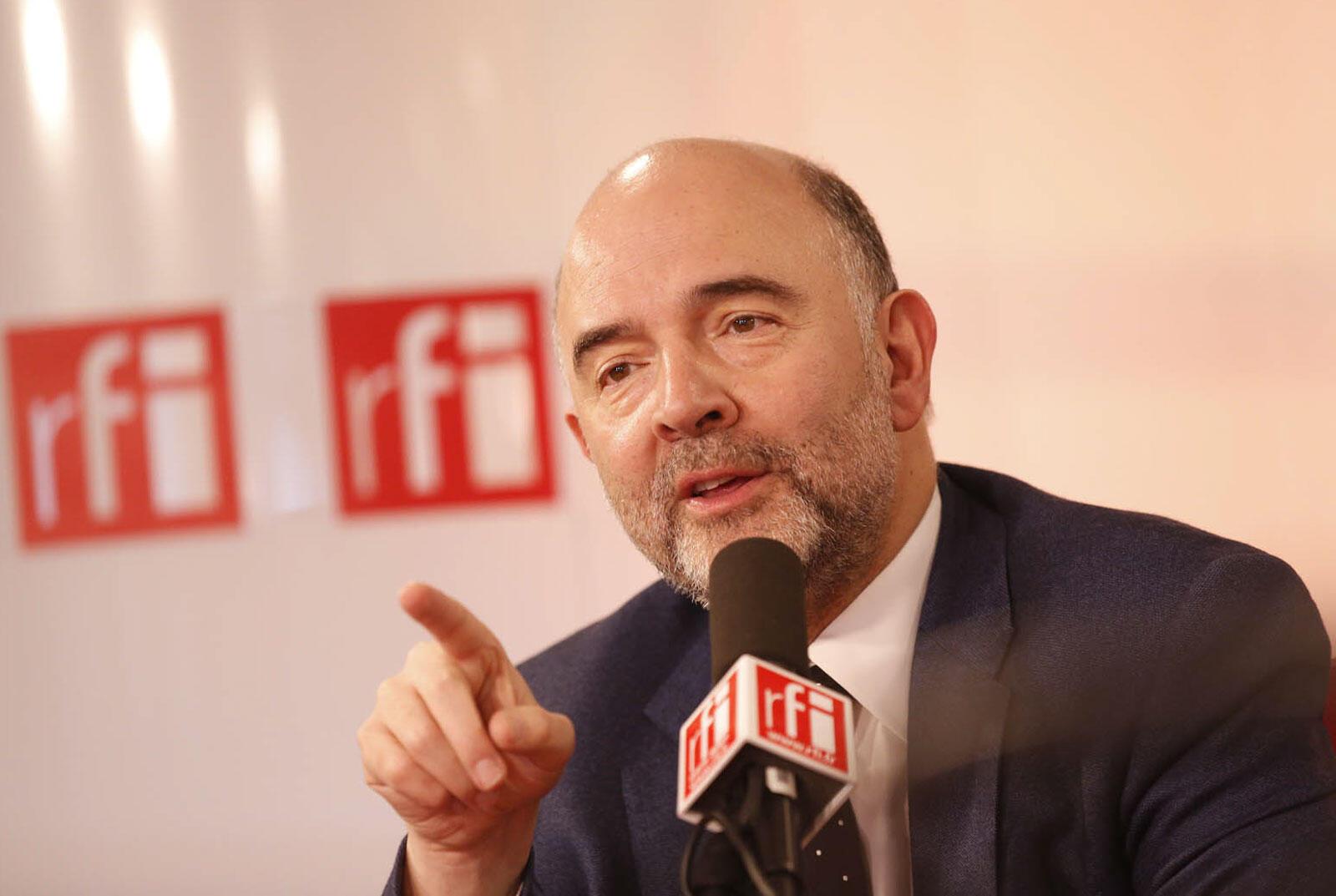 Ủy viên Pierre Moscovici,đặc trách về thuế của Liên Hiệp Châu Âu. Ảnh chụp ngày 12/04/2015 tại phòng thu RFI.