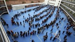 Les Catalans font la queue pour participer au vote symbolique sur l'indépendance sur la Catalogne, ici à Barcelone, le 9 novembre 2014.