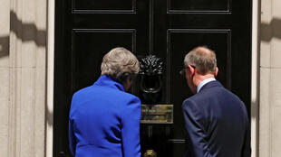 Theresa May et son mari devant le 10, Downing Street, le 9 juin 2017.