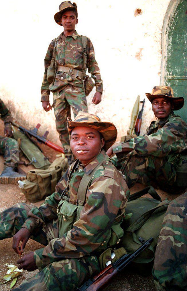 Des soldats angolais à Luanda, en septembre 1993, lors de la guerre contre la rébellion de l'Unita.