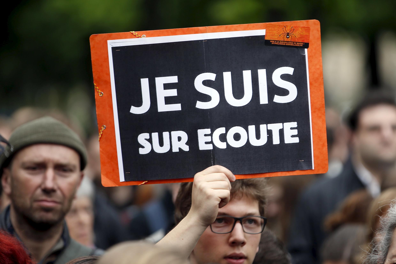 Protesto nas ruas de Paris contra o projeto de lei que autoriza a instalação de equipamentos de escuta de alta tecnologia.