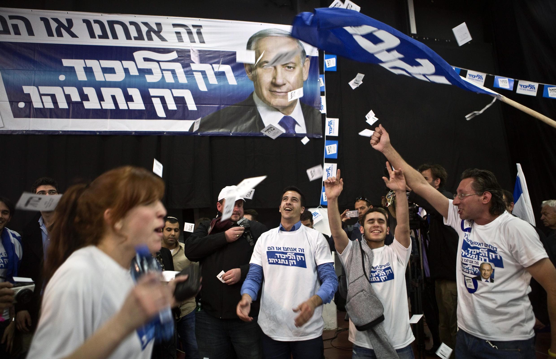 Militantes do partido Likud, de Benjamin Netanyahu, comemoram resultados de pesquisas de boca de urna.