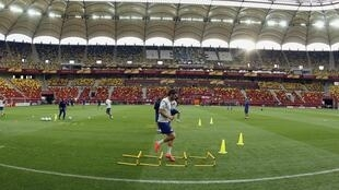 O jogador Adrian Lopez do Atlético de Madri treina antes da final em Bucareste, nesta quarta-feira.