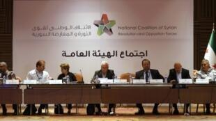 O chefe interino da Coalizão de oposição síria, Georges Sabra,(centro) durante reunião em Istambul, na Turquia.
