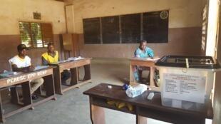 «Nous sommes au chômage technique», reconnaît le président du bureau de vote numéro 3 de l'Ecole primaire publique d'Ouenlinda.