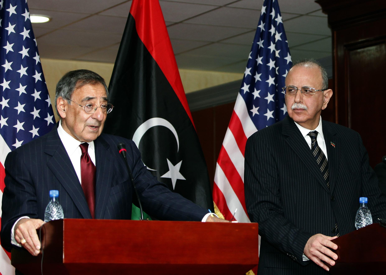 Leon Panetta (e) se encontrou com o primeiro-ministro líbio Abdel Rahim al-Kib (d).