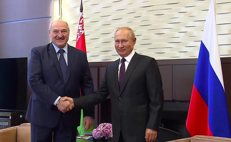 Tổng thống Belarus Alexandre Loukachenko(T) và đồng nhiệm Nga  Vladimir Putin, tại à Sotchi, ngày 14/09/2020.
