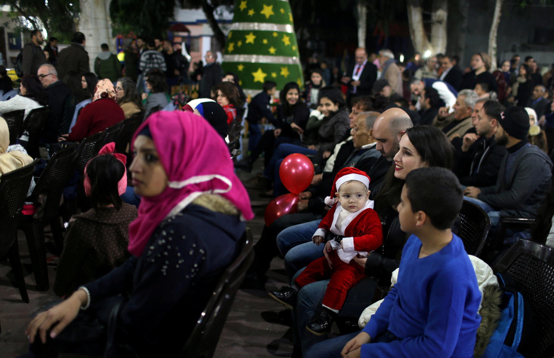 Comunidade cristã se reúne na Cidade de Gaza para iluminação de uma árvore de Natal.