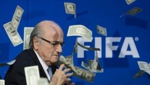 Rais wa zamani wa FIFA Sepp Blatter akipongezwa kwa noti za Dola, Julai 20, 2015 katika Zurich