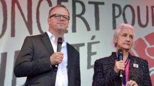 Chủ tịch RSF bên cạnh bà Debra Tice, mẹ của phóng viên Mỹ Austin Tice, bị bắt làm con tin tại Syria từ năm 2012.
