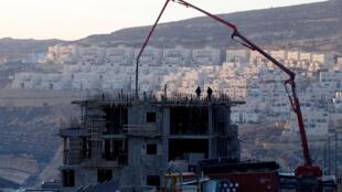 Construção no assentamento israelense de Givat Zeev, na Cisjordânia