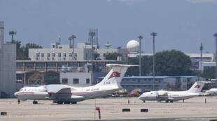 圖為朝鮮高麗航空公司一架Il-76運輸機(左)和一架An-148(右)2018年6月20日北京貴賓機場