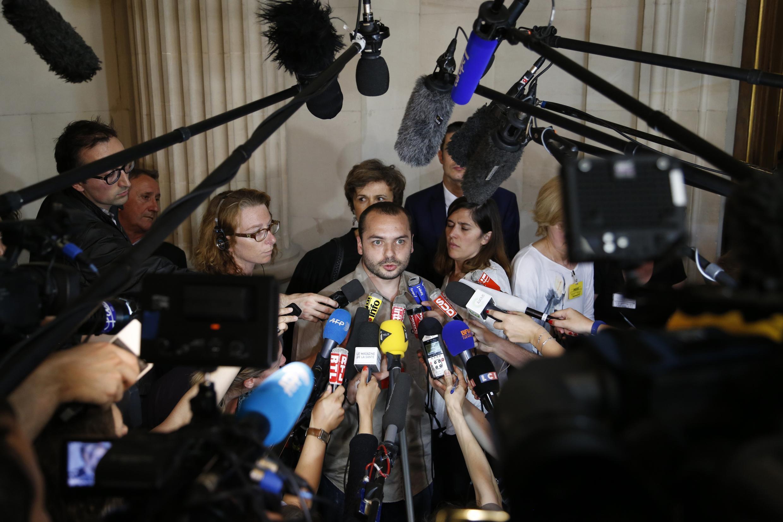 François Lambert comenta diante da imprensa a decisão da justiça francesa sobre o futuro de seu tio, Vincent.