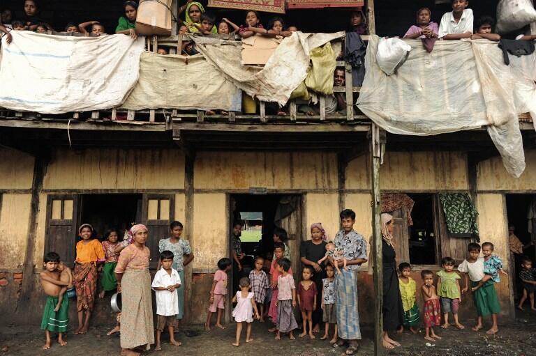 Người Rohingya bên ngoài một ngôi trường dùng cho dân tản cư tạm trú. Ảnh chụp ngày 11/10/2012 ở làng Theik Kayk Pyim, vùng ngoại ô Sittwe, thủ phủ bang Rakhine (miền Tây Miến Điện).