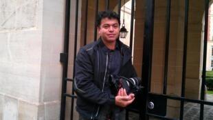 O fotógrafo brasileiro Elias Dacio, em frente à casa do diretor do FMI, Dominique Strauss-Kahn, na place Vosges, em Paris.