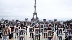 Французские экологи с перевернутыми портретами президента Макрона на акции в защиту Парижского соглашения по климату. 8/12/2019.