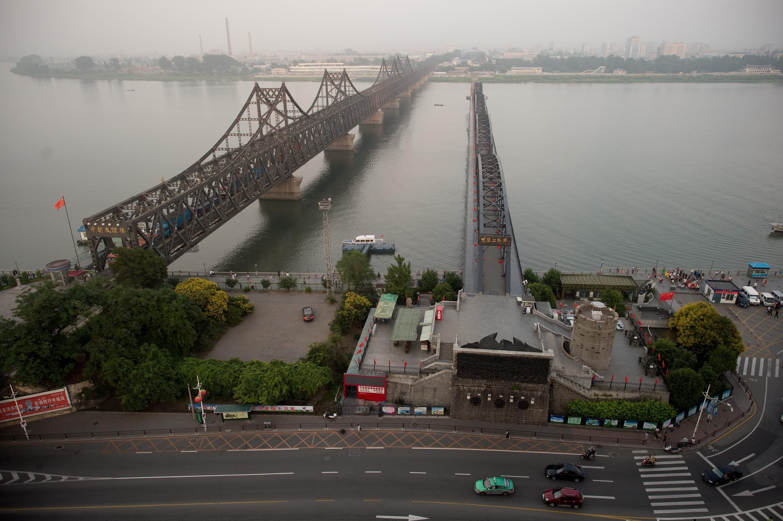 Cầu Hữu Nghị trên sông Áp Lục nối liền thành phố Bắc Triều Tiên Sinuiju và Đan Đông Trung Quốc. Ảnh ngày  05/07/2017.